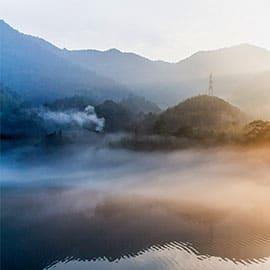 """东江湖被誉为""""人间天上一湖水,万千景象在其中""""。有""""湘南洞庭""""之称的东江湖集山的灵秀、水的神韵于一体,特别七、八、九三个月因为气温昼夜变化所致的晨雾,如仙如幻,是一个最好的出游看点。这里已经定名为""""雾漫小东江"""",除了雾,还有许多值得一玩、一试的东西。东江水库大坝高157米,装机容量50万千瓦。春夏时节若降雨过多,则会湖水暴涨,坝闸开启泻洪之时,形成一股巨大的雾气扑向山谷,蔚为壮观,堪称亚洲第一。东江湖水面达160平方公里(24万亩),蓄水81.2亿立方米,国家水上体育训练基地之一,现在也有漂流、快艇等各式"""