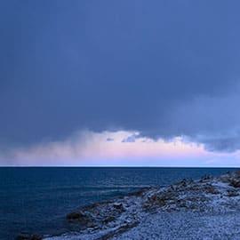 纳木错是西藏最大的湖泊,也是世界上海拔最高的咸水湖,更是朝圣者心目中的圣地。湖中五个岛屿被称作是五方佛的化身,凡去神湖朝佛敬香者,都会虔诚地顶礼膜拜。每到4月15日(佛吉祥日)左右,信徒都要前往纳木错转湖,盛况空前。