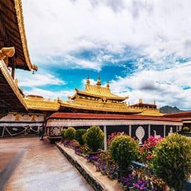 大昭寺最大的看头是当年文成公主入蕃时带来的释迦摩尼十二岁等身像。大昭寺已有1300多年的历史,在藏传佛教中拥有至高无上的地位。大昭寺是西藏现存最辉煌的吐蕃时期的建筑,也是西藏最早的土木结构建筑,并且开创了藏式平川式的寺庙市局规式。