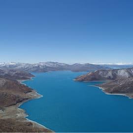 """羊卓雍措,通常简称为""""羊湖"""",与玛旁雍措、纳木措并称西藏三大神湖。羊湖位于拉萨以南约100km处,湖面海拔4441m。羊卓雍措是寻找转世灵童的圣湖,大活佛可以从湖中看出显影,指示灵童所在的大方位。不同时刻阳光的照射,羊湖会显现出不同层次、极其丰富的蓝色,如梦似幻。"""