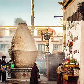 """位于旧城区的八廓街又名""""八角街"""",是拉萨最著名的转经道和商业中心。它原本只是环绕大昭寺的转经道,被藏族人成为""""圣路"""",而现在却逐渐扩展为围绕大昭寺周围的大片旧式老街区的统称。街上永远少不了朝拜的藏民,也少不了藏式店铺。临街的房子几乎都是商店,贩卖各种藏族服饰、工艺品,还有来自印度、尼泊尔等地的商品。美食自然也是少不了的,许多拉萨名餐馆就位于此,如玛吉阿米、临夏风味王中王、光明港琼甜茶馆等,让你一次尝遍各种藏式美食。"""