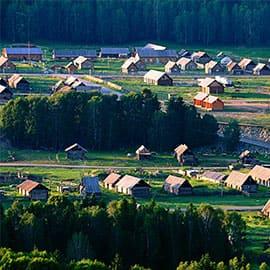 禾木村即是禾木景区位于新疆布尔津县喀纳斯是图瓦人的集中生活居住地,是仅存的3个图瓦人村落(禾木村、喀纳斯村和白哈巴村)中最远和最大的村庄,这里的房子全是原木搭成的,充满了原始的味道。禾木村是被白桦树,雪山和河流包围的美丽村庄,自然风光原始,人迹罕至,被誉为神的自留地。