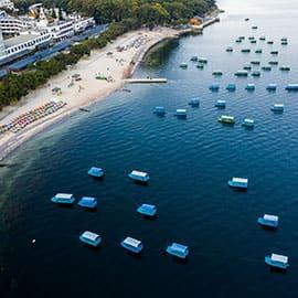 """抚仙湖因湖水清澈见底、晶莹剔透,被古人称为""""琉璃万顷""""。是中国最大的深水型淡水湖泊,珠江源头第一大湖,属南盘江水系。抚仙湖景区主要的旅游景点有禄充村、界鱼石、明星景区、孤山岛等。游客可以在湖畔露营,在湖中泛舟、游泳。湖畔也有众多的度假村、宾馆,每逢夏季,越来越多的游客来此避暑度假。"""
