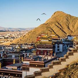 """扎什伦布寺意为""""吉祥须弥寺"""",是西藏日喀则地区最大的寺庙,位于日喀则市城西的尼玛山东面山坡上。扎什伦布寺为四世之后历代班禅驻锡之地。它与拉萨的""""三大寺""""甘丹寺、色拉寺、哲蚌寺合称藏传佛教格鲁派的""""四大寺""""。扎什伦布寺是全国著名的六大黄教寺院之一。"""