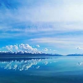 """赛里木湖(Sayram Lake):第五批国家级风景名胜区,是新疆海拔最高、面积最大、风光秀丽的高山湖泊,又是大西洋暖湿气流最后眷顾的地方,因此有""""大西洋最后一滴眼泪""""的说法。"""