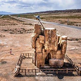 德令哈外星人遗址,位于柴达木首府德令哈市西南40多公里的白公山。德令哈外星人遗址附近的沙漠中一夜之间出现了直径近2000米的巨型规则圆环图案,这让人们想起了分布在欧洲的麦田怪圈,但是这个怪圈明显比麦田怪圈直径要大得多。