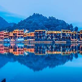 凤凰古城位于湖南湘西。曾被著名作家路易·艾黎称赞为中国最美丽的小城,因沈从文的小说《边城》而闻名于世。城内的青石板街道、沱江边的吊脚楼、众多的古建筑,叫人馋涎欲滴的小吃,叫不出名的土特产,让人惊叹的苗家老太剪纸,以及浓厚的苗族风情,构成了独具一格的湘西韵味。