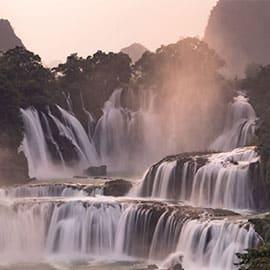 德天瀑布位于广西崇左市大新县硕龙乡德天村,中国与越南边境处的归春河上游,瀑布气势磅礴,是亚洲第一、世界第四大跨国瀑布,年均水流量约为贵州黄果树瀑布的三倍,为中国国家AAAA级旅游景区。 还是电影《酒是故乡醇》和《花千骨》的外景拍摄地,神奇而美妙。