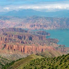 青海坎布拉国家森林公园位于青海省黄南藏族自冶州尖扎县境内,景区为拉脊山支脉,由山地、风蚀残丘、山间小盆地相间组成,地层红色砂砾岩为主,以丹霞地貌为主体景观,并兼有宏大的李家峡水电站,丹霞峰林地貌,森林资源,人文景观权成了坎布拉国家森林公园的三大景区。 坎布拉宗教文化历史悠久,是藏传佛教后弘期的发祥地,有宗扎西寺、南宗寺、尼姑寺,成为显、密、僧、尼各教派并存的藏传佛教圣地。
