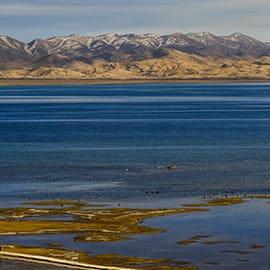 """托素是蒙古语,即""""酥油湖""""的意思。托素湖是典型的内陆咸水湖,湖的周围全是茫茫的戈壁滩,气温较高,湖水的蒸发量很大,水中的含盐量增高,水生动植物和浮游动植物也很少。托素湖湖面辽阔、湖岸开阔,无遮无拦,风平浪静时,湖面烟波浩森,水天一色,蔚为壮观;天气变幻时,湖水浪涛汹涌,浪花飞溅,拍岸有声,动人心魄鬼混。"""