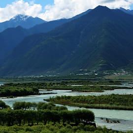 """尼洋河是西藏自治区工布地区的""""母亲河"""",又称""""娘曲"""",藏语意为""""神女的眼泪""""。尼洋河沿河两岸植被完好,风光旖旎,景色迷人,途径景点众多,是青藏高原的河流之一。尼洋河风光带野生鸟类众多,这里也是西藏著名的黑颈鹤越冬区。在雅鲁藏布江众支流中排行第四,但水量丰足,仅次于帕隆藏布江。"""