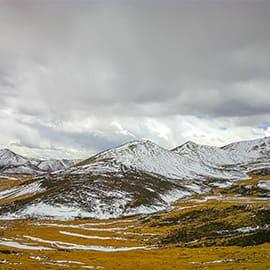 """米拉山亦称""""甲格江宗"""",意为""""神人山""""。在林芝工布江达县境内,与墨竹工卡县的相界。这里是拉萨——林芝旅游线上的一个休憩之地,海拔5018米的米拉山因其高大雄奇而成为此地藏民心目中的神山,这是拉萨与林芝地区的分界山口,也是其东南面的尼洋河水系和其西北面的拉萨河水系的分水岭。"""