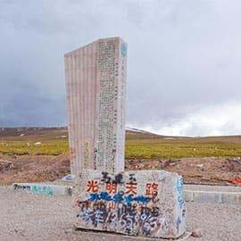 """唐古拉山口是青海、西藏两省的天然分界线,视野开阔望得远。这一带是一片冻土,泥土层的水分长年结冰。山口天气极不稳定,即使夏天,公路也经常被大雪所封,冰雹、霜雪更是常见现象。此处空气含氧量只有海平面的六成,一般游客路过唐古拉山口,会有明显的高山反应。在蒙语中意为""""雄鹰飞不过去的高山""""。"""
