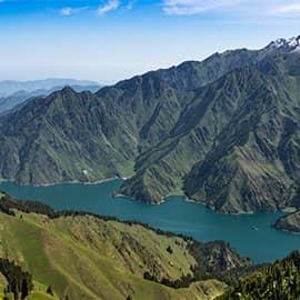 """天山天池古称""""瑶池"""",是以垂直自然景观带和雪山冰川、高山湖泊为主要特征,以远古瑶池西王母神话以及宗教和独特的民族民俗风情为文化内涵,是世界自然遗产,国家AAAAA级旅游景区。由融化的雪水和雨水 积蓄而成,平均水深60米,三面环山,现修有环湖栈道,全长13公里,走下来需5-6个小时。"""