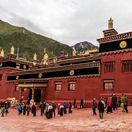 """德格印经院素有""""藏文化大百科全书""""、""""藏族地区璀璨的文化明珠""""、""""雪山下的宝库""""的盛名,在当今世界上,完整保存二十七万余块印版,是绝无仅有的。步入寺院中,犹如走进了藏文化的艺术圣殿,应当说,德格印经院作为世界文化遗产是当之无愧的。"""