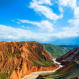 奎屯大峡谷位于奎屯市南面,距市区18公里,因千万年来天山雪水自然冲刷形成,南北走向,长约20公里,谷底宽100~400米,谷肩宽800~1000米,从谷底到谷肩高可达200米。谷壁上的冲沟将谷壁雕凿成石林状,奇特险峻。峡谷沟壑层叠,错落有致,雪山、峡谷、草场、流水相辉相映,天工巧夺,神工鬼斧。