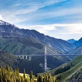果子沟大桥全称果子沟双塔双索面钢桁梁斜拉桥,全长700米,桥面距谷底净高达200米,是国内第一座公路双塔双索面钢桁梁斜拉桥,也是新疆第一高桥。
