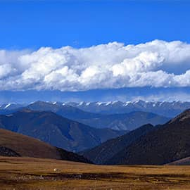 卡子拉山位于四川省境内,海拔4718米。因海拔较高,树木就更加稀少,主要是高山草甸。在这里看山,层峦叠嶂,一层比一层更远,一层比一层颜色更浅,直至天边,真像行走在'天路'之上。