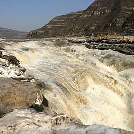 壶口瀑布是中国第二大瀑布,世界上最大的黄色瀑布。在水量大的夏季,壶口瀑布气势恢宏;而到了冬季,整个水面全部冰冻,结出罕见的巨大冰瀑。壶口瀑布是国家AAAA级旅游景区,国家地质公园。东濒山西省临汾市吉县壶口镇,西临陕西省延安市宜川县壶口乡,为两省共有旅游景区。