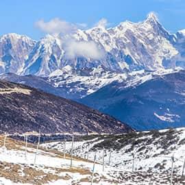 色季拉山位于八一镇的东南侧,走川藏线时,波密到八一路上即会经过,是川藏线上著名的地标。色季拉山山口海拔4728米,视野开阔,可以远眺到鲁朗林海和背后的南迦巴瓦峰,是拍照的好地方。山间遍布的杜鹃花也是色季拉山的著名景观,每年4-6月,从山脚到山腰,多达二十几种杜鹃在山间渐次开放,颜色、形状都多种多样,鲜艳夺目,结合着山口飘扬的五彩经幡,景色绚丽。游人经过时,都不免会驻足观赏。