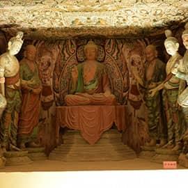 敦煌石窟,被誉为20世纪最有价值的文化发现,坐落在河西走廊西端的敦煌,以精美的壁画和塑像闻名于世,目前洞窟735个,壁画4.5万平方米、泥质彩塑2415尊,是世界上现存规模最大、内容最丰富的佛教艺术圣地。近代发现的藏经洞,内有5万多件古代文物,由此衍生专门研究藏经洞典籍和敦煌艺术的学科—敦煌学。1961年,被公布为第一批全国重点文物保护单位之一。1987年,被列为世界文化遗产。世界上现存最大的佛教艺术宝库。