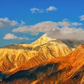 """贡嘎山位于甘孜藏族自治州泸定、康定、九龙三县境内,""""贡嘎""""是藏语的音译,""""贡""""意为至高无上,""""嘎""""是洁白无瑕,意思为圣洁无比的神山,历来为藏族人民所朝拜。以贡嘎山为中心,由海螺沟、木格错、五须海、贡嘎南坡等景区组成,面积1万平方公里。中国最美的十大名山,贡嘎山名列第二。海拔四川第一,素有""""蜀山之王""""的美誉。"""