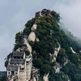 """华山古称""""西岳"""",为中国著名的五岳之一,中华文明的发祥地,位于陕西省渭南市华阴市,自古以来就有""""奇险天下第一山""""的说法。华山是第一批国家重点风景名胜区,国家AAAAA级旅游景区,全国重点文物保护单位。华山有南峰""""落雁""""、东峰""""朝阳""""、西峰""""莲花"""",三峰鼎峙,""""势飞白云外影倒黄河里"""",人称""""天外三峰""""。"""