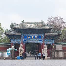 """山东曲阜的孔府、孔庙、孔林,统称曲阜""""三孔"""",是中国历代纪念孔子,推崇儒学的表征,以丰厚的文化积淀、悠久历史、宏大规模、丰富文物珍藏,以及科学艺术价值而著称。以孔子为代表的儒家文化,按照自己的理想塑造了整个中国的思想、政治和社会体系,成为整个中国文化的基石。"""
