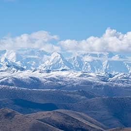 """雅拉雪山,藏语全称为""""夏学雅拉嘎波""""(意为东方白牦牛山),系中国藏区四大神山之一。山顶终年积雪,是康巴地区一座著名的神山,雅拉河即发源于此。在雅拉神山4000多米的山腰处,有两个相距不到300米的两个海子,他们的出水方向分别朝南北方向流入山脊的两面。形成了一道靓丽的自然景观。"""
