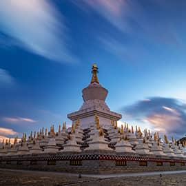 木雅金塔又名木雅尊胜塔,是多吉扎西活佛为纪念十世班禅大师于此灌顶布法而修建的佛塔。是由宁玛派(红教)六大佛寺之一的竹庆寺活佛多吉扎西活佛捐资于1997年建造的,建造时共用了一百多公斤的黄金(也有说是八十公斤黄金),据说寺庙开光时,天空出现五彩祥云,七色光环。