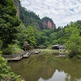 """大金湖位于武夷山脉中段东南侧,堪称湖山极品,素有""""天下第一湖山""""之美誉。浩瀚幽深的湖泊与千姿百态的丹霞奇观完美结合,大金湖不仅地貌景观独特,而且拥有举世罕见的""""岩穴文化""""奇观。历史上大金湖曾拥有大小寺庙多达130多座,每一座都盖在千奇百怪的岩穴里,迄今尚余70多座,其中,最负盛名的甘露寺乃是日本世界文化遗产--奈良东大佛殿的""""模版""""。"""