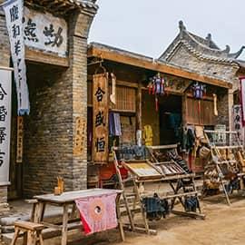 """镇北堡西部影城,被誉为""""东方好莱坞"""" ,地处宁夏银川西郊镇北堡,原址为明清时代的边防城堡。西部影城以其古朴、原始、粗犷、荒凉、民间化为特色,是中国三大影视城之一,也是中国西部唯一著名影视城。在此拍摄的电影有《大话西游》、《新龙门客栈》、《逆水寒》、《红高粱》、《火舞黄沙》、《乔家大院》等。"""