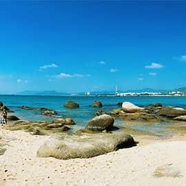 """天涯海角位于三亚市天涯区,是海南建省20年第一旅游名胜,新中国成立60周年海南第一旅游品牌,国家AAAA级旅游景区。天涯海角来源于清雍正年间,崖州知州程哲在天涯湾的一块海滨巨石上题刻了""""天涯""""二字。民国抗战时期,琼崖守备司令王毅又在相邻的巨石上题写了""""海角""""二字。由此天涯湾畔的这片滨海地带便成了名副其实的""""天涯海角"""",同时这也流传着一段美好的爱情神话传说。"""