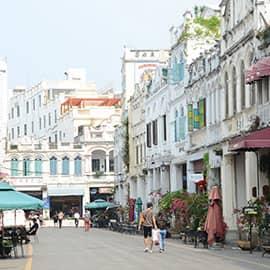 """骑楼老街主要分布于海口市得胜沙路、中山路、博爱路等老街区,是海口市一处最具特色的街道景观。其中最古老的建筑四牌楼建于南宋,至今有700多年历史。2009年6月10日,首届""""中国历史文化名街评选推介""""活动在北京揭晓,海口骑楼老街榜上有名。海口骑楼老街以其唯一性、独特性荣获首批十大""""中国历史文化名街""""称号。"""