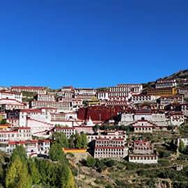甘丹寺全称为喜足尊胜洲,也译为兜率天极乐寺,建于公元15世纪初,位于拉萨东面达孜县境,是黄教六大寺之首。由藏传佛教格鲁派的创始人宗喀巴于1409年亲自筹建的,可以说是格鲁教派的祖寺,雍正曾赐名为永寿寺。