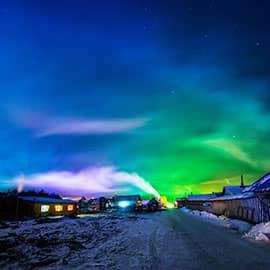 """北极村,地处黑龙江省漠河县,是中国观测北极光的最佳地点,是中国""""北方第一哨""""所在地,也是中国最北的城镇""""神州北极""""。凭借中国最北、神奇天象、极地冰雪等国内独特的资源景观,与三亚天涯海角共列最具魅力旅游景点。"""