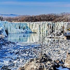 镜泊湖是中国最大、世界第二大高山堰塞湖,位于中国黑龙江省宁安县境西南部的松花江支流牡丹江干流上,是著名旅游、避暑和疗养胜地,全国文明风景旅游区示范点,国家重点风景名胜区,国际生态旅游度假避暑胜地,世界地质公园。