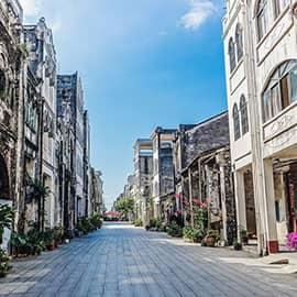 """北海老街是指中山路和珠海路,现今游览较多的是珠海中路。这是一条百年老街,老街之""""老"""",在其独具特色的中西合璧骑楼式建筑风格,它见证了北海曾经的繁华,被誉为鲜活的""""近现代建筑年鉴""""。老街里,老人们摇着大蒲扇在门边乘凉,小贩用筷夹着虾饼在油锅里滋滋滋地翻转,他们的眼神和这幽深绵长的老巷一样,平静而安详。"""