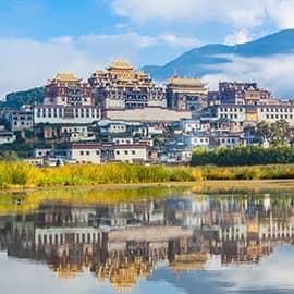 """噶丹·松赞林寺又名归化寺,是云南省规模最大的藏传佛教寺院,也是康区有名的大寺院之一,还是川滇一带的黄教中心,在整个藏区都有着举足轻重的地位,被誉为""""小布达拉宫""""。该寺依山而建,外形犹如一座古堡,集藏族造型艺术之大成,又有""""藏族艺术博物馆""""之称。"""