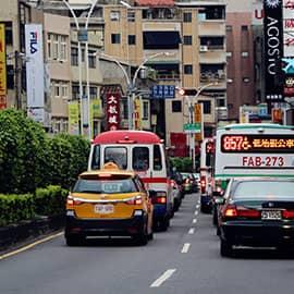 台湾淡水最扰攘的一条街,乃是集美食、小吃、老街为一身的中正路,近年来更因不少古董店及民艺品店进驻,也营造出民俗色彩与怀旧风味。位于这美丽河畔旁的淡水老街,是北台湾最具特色的老街之一;而老街上数家老字号美食,则是淡水最具盛名的地方之所在。著名美食:阿婆铁蛋,淡水大饼等