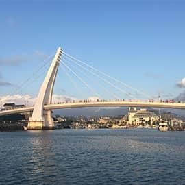 情人桥位于台湾台北县淡水镇,是淡水渔人码头的跨港大桥。在桥上可欣赏著名的淡水夕阳景色。桥体是一座流线弯曲造型的单面斜张桥,横跨港区,大桥就像一面白色风帆,传递着一帆风顺的祝福。