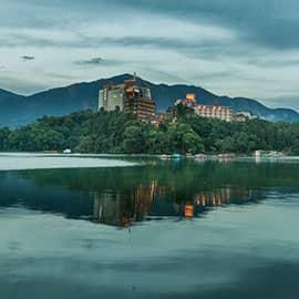 """日月潭是台湾省第一大天然湖泊,是台湾外来种生物最多的淡水湖泊之一。它以光华岛为界,北半湖形状如圆日,南半湖形状如弯月。在清朝时即被选为台湾八大景之一,有""""海外别一洞天"""" 之称。"""