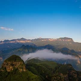 """金佛山位于重庆南川区境内,拥有独特的自然风貌,品种繁多的珍稀动植物,雄险怪奇的岩体造型,神秘而幽深的洞宫地府。金佛山知名的景点包括生态石林、金佛洞和古佛洞、永灵古道等。这里有山、水、石、林、泉、洞各种景观,有着雄、奇、幽、险、秀的旅游特点。与""""峨眉山、青城山、缙云山""""荣列巴蜀四大名山。"""