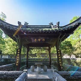 """琅琊山,位于安徽省滁州市,国家4A级旅游景区,首批被国家林业局确定的国家森林公园。享有""""蓬莱之后无别山""""""""皖东明珠""""之美誉。因盛产多种中药材,而被人们誉为""""天然药圃""""。境内有醉翁亭、琅琊阁、城西湖、姑山湖、胡古等景点。"""