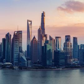 """东方明珠矗立于上海浦东陆家嘴,与外滩隔江相望,是上海的标志性建筑。乘坐全透明观光电梯登上351米高的太空舱观光层,可将浦江两岸风光一览无余,还可以让人们与""""宇航员""""来一次互动。东方明珠塔高468米,由11个大小不一的球体串联一体,此设计来源于""""大珠小珠落玉盘""""的美妙意境。"""