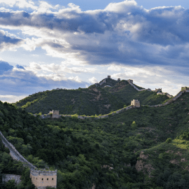 """司马台长城位于北京市密云区北部的古北口镇司马台村北,紧邻古北水镇,司马台长城的城墙依险峻山势而筑,并以奇、特、险著称于世。司马台水库将该长城分为东西两段。东段有美人楼16座,西段有英雄骨灰楼18座。中国著名古建筑学家罗哲文曾评价""""中国长城是世界之最,司马台长城堪称中国长城之最。"""""""