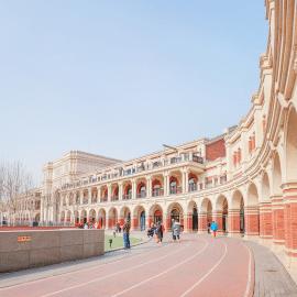 """五大道地区拥有上世纪二、三十年代建成的具有不同国家建筑风格的花园式房屋2000多所。是马场道、睦南道、大理道、常德道、重庆道这五条道路为主的一个街区的统称。以""""马睦大常重""""为主的这个街区,是迄今天津乃至中国保留最为完整的洋楼建筑群,天津人把它称作""""五大道""""。史上的""""国中之国"""",最早是英租界。"""
