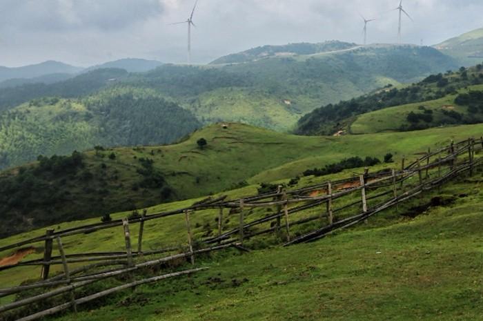 仰天湖大草原位于湖南郴州,作为一个有湖的草原,在草正绿的时候,骑马驰骋于草地上,感受泥土的芬芳和大草原的美丽风光,是个值得来一次的自驾景点