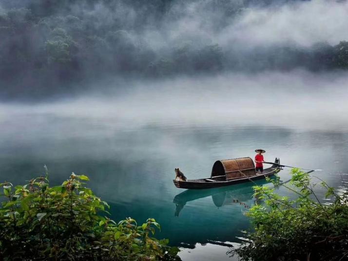 东江湖,景区内主要景观有:雾漫小东江、东江大坝、龙景峡谷、兜率灵岩、东江漂流、三湘四水等。东江湖的特色美食是湖中的新鲜鱼类,但是价格略贵。自驾游的话是很好的选择
