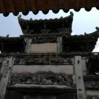 """查济古村,是国家AAAA级景区、全国重点文物保护单位、 中国 历史文化名村、中华写生第一村。是目前为止,我国现存规模最大的明清古村落,也是目前保存较为完整的古建筑群。 现留存有古代建筑140余处。其中桥梁40余座,祠堂30座,庙宇4座。元代建造的""""德公厅屋"""",位于村中水郎巷,三层门楼,厅内前檐较低,檐柱楠木质,粗矮浑圆,柱础为覆盘式,无雕琢。明代的""""涌清堂""""、""""进士门"""",雕刻细腻,结构精致。"""